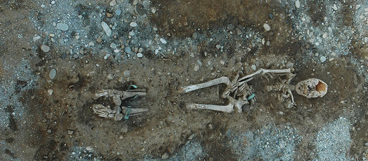 Tolochenaz - La Caroline (canton of Vaud). Late Bronze Age burial. Photograph taken during excavation of tomb 1061. © Archeodunum SA