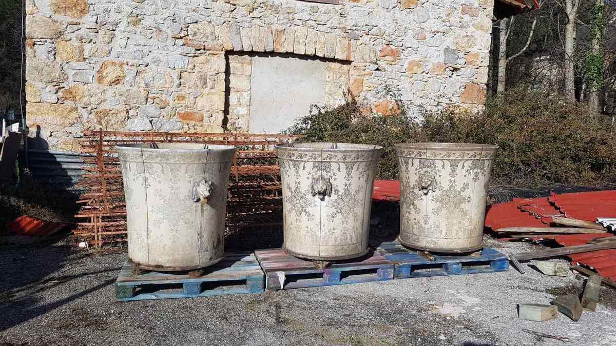 The three cachepots, situated for years in the surrounding area of the Directorate atTatoi, have already been taken to a safe place to be conserved (photo: MOCAS)