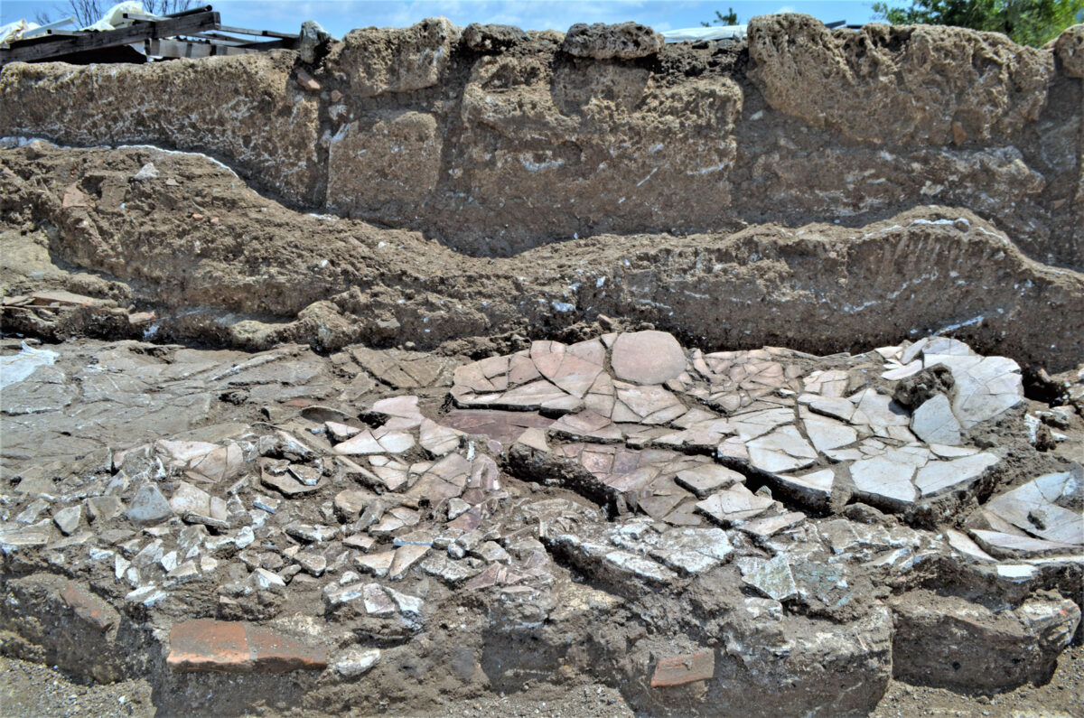 Fallen plasters in one of the spaces on the SE side of the complex. Photo: Hemathia Ephorate of Antiquities