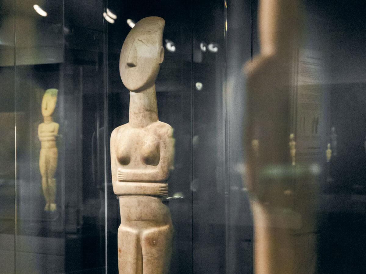 Marble female figurines. Early Cycladic II-III period. 2700-2400/2300 BC. © Museum of Cycladic Art / P. Tavitian.