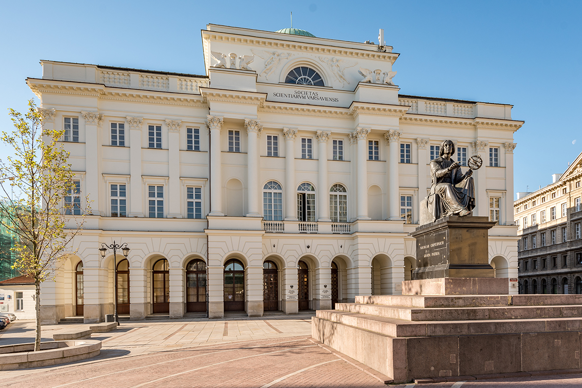 Staszic Palace, the seat of PAN, and Copernicus Monument. Author: Tilman2007. This file is licensed under the Creative Commons Attribution-Share Alike 4.0 International license.