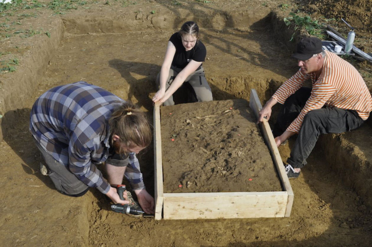 Preparing the grave to be taken out in one piece: Christoph Kühnbach of the regional heritage authority with the University of Tübingen's Hannah Huber and Raiko Krauss (left to right). Credit: University of Tübingen