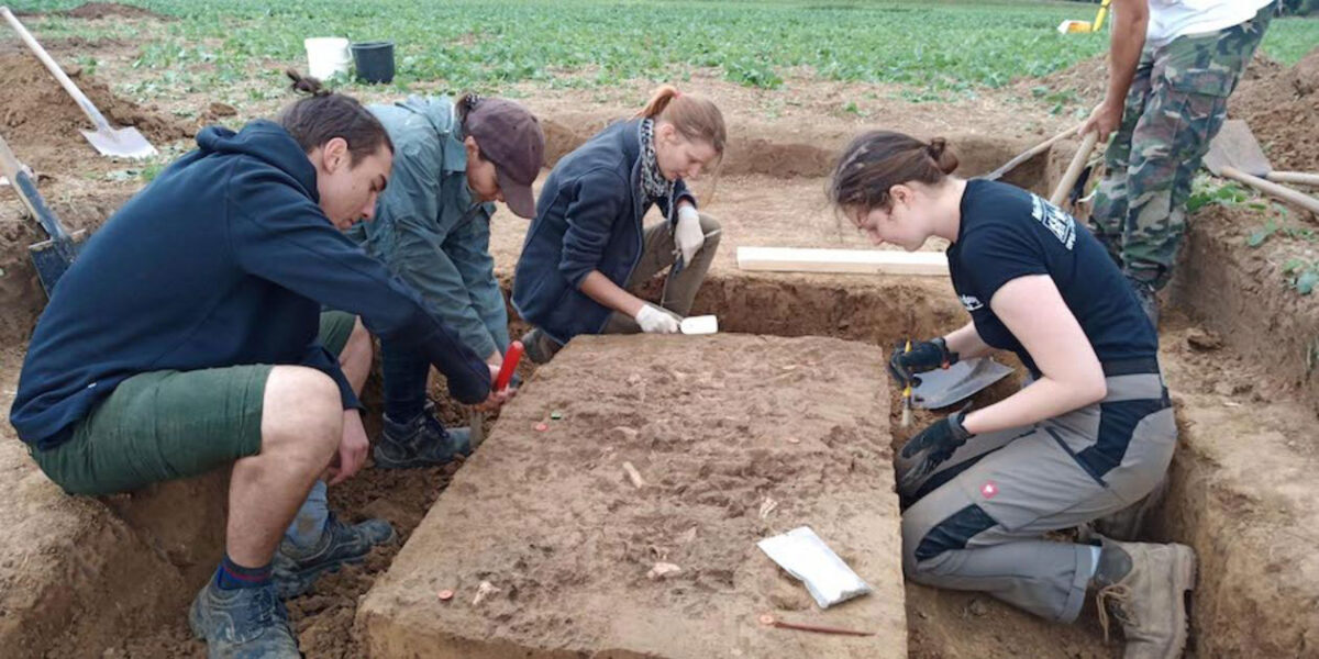 Students from the Institute of Prehistory and Medieval Archaeology of the University of Tübingen excavating the grave in 2020. Credit: University of Tübingen