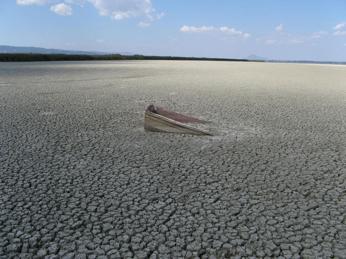 Lake Volvi (Greece) temporarily dries up as a consequence of excessive irrigation for agriculture paired with climate change - one of many examples of a freshwater system under human impact. Credit : C. Albrecht (JLU)