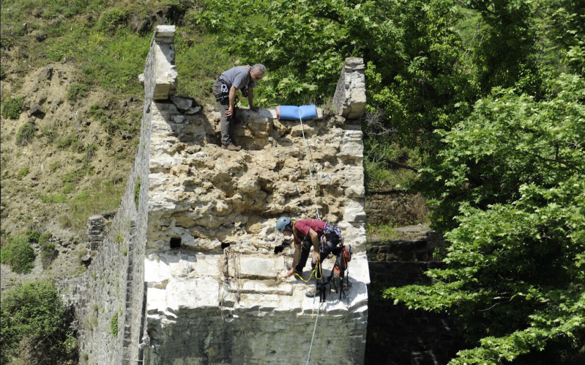 With strong public support, the work to recover the Plaka Bridge began almost immediately following the collapse of the bridge in February 2015.