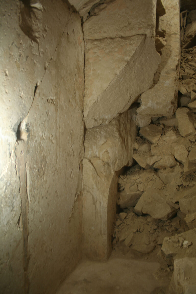 3. The northern wall of passage with the remains of its ceiling. Photo: M. I. Khaled.