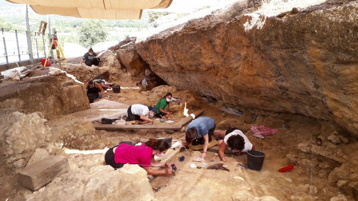 Excavation at the Navalmaíllo Rock Shelter site.