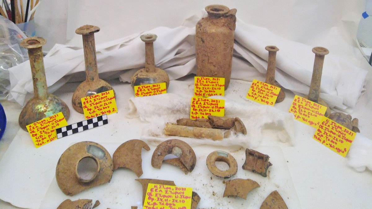 Glass perfume jars and a phiale from the grave that came to light at Nea Styra (photo: MOCAS)