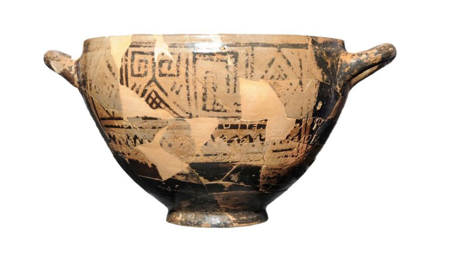 Multiple individuals are buried in the Tomb of Nestor's Cup