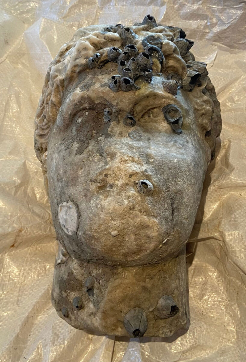 Head of a statue from the Roman era pulled up from the sea off Preveza, at a depth of about 10 meters (photo: MOCAS)